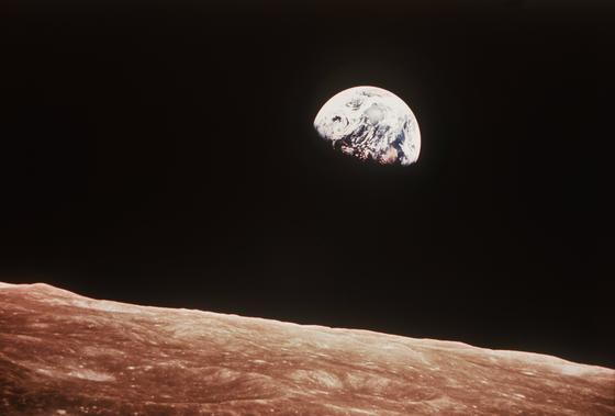 """Blick über die Mondoberfläche auf die Erde, aufgenommen im Dezember 1968 von der Apollo 8-Besatzung aus etwa 780 Kilometer Höhe. Eher zufällig gelang William Anders am Heiligabend 1968 ein Foto, das die Sicht der Menschheit auf unseren Planeten für immer verändern sollte: """"Earthrise"""", die kleine aufgehende Erde über dem Mondhorizont. Jetzt wird Astronaut Anders 80 Jahre alt."""
