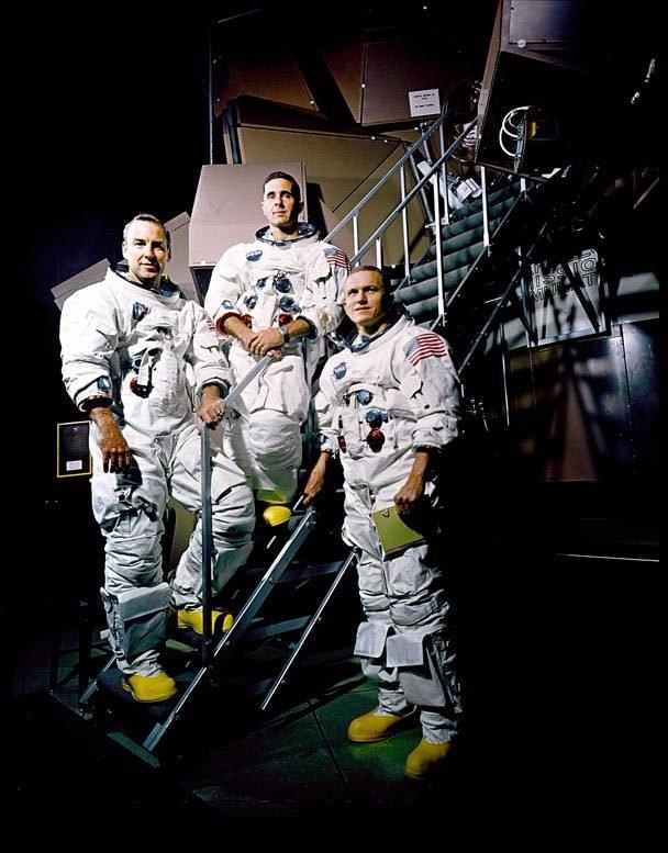 Die Apollo 8-Besatzung 1968 vor einem Flugsimulator im Kennedy Space Center: James A. Lovell Jr., William A. Anders und Frank Borman (v.l.n.r.)