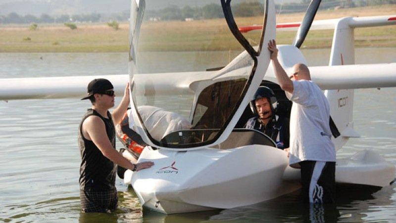 Das Amphibienflugzeug im Wasser.