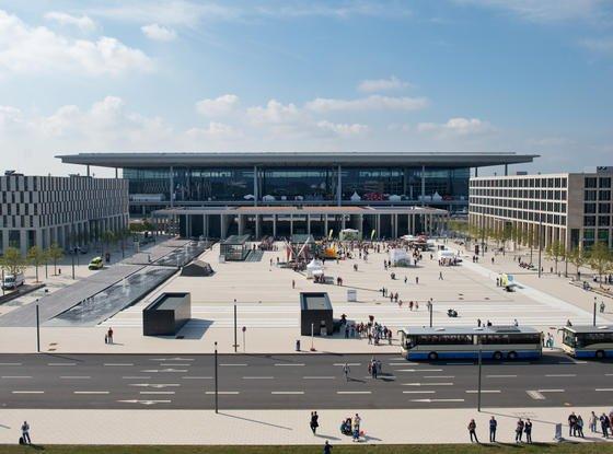Blick Mitte September auf das weiterhin geschlossene Hauptgebäude des Flughafens Berlin Brandenburg: Auch die für das Jahresende geplante Teileröffnung des Flughafens wackelt.