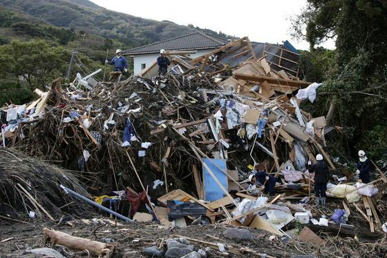 In Japan tobte der Taifun Wipha. Besonders betroffen:die Insel Oshima, 120 Kilometer südlich der Hauptstadt Tokio gelegen. Von dort stammt dieses Foto.