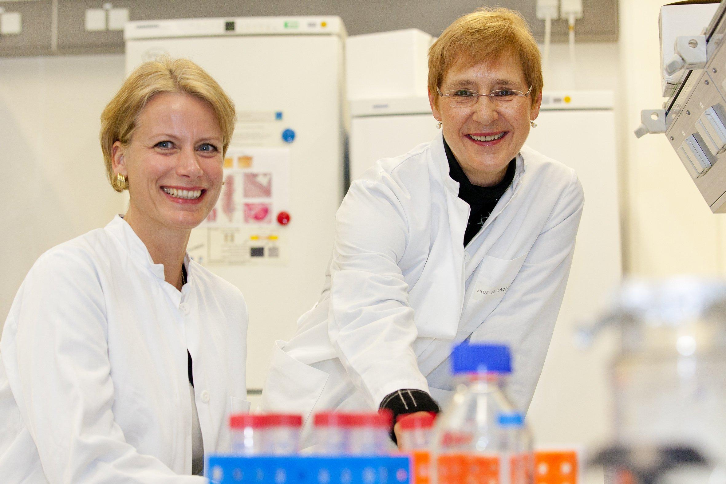 Sie gehören zum euopäischen Chitosan-Forscherteam: Kirsten Haastert-Talini (links) und Claudia Grothe.