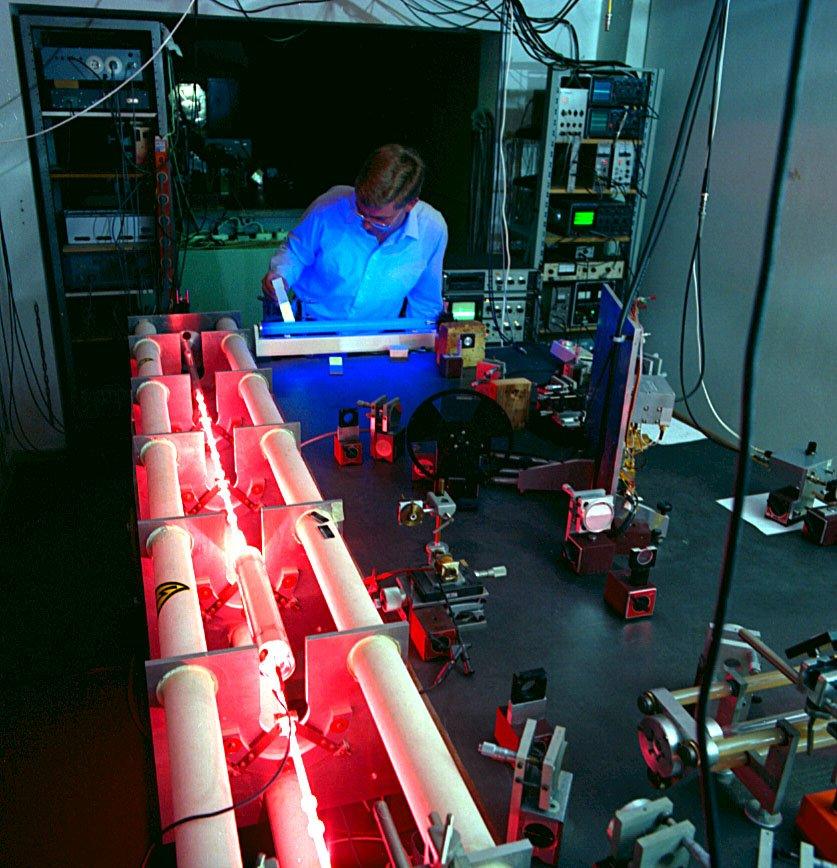 Messung eines Meters durch Laserlicht in der Physikalisch-Technischen Bundesanstalt in Braunschweig.