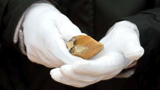 Beim Fund dieser Feuersteine hatte der Wettergott seine Hände im Spiel: denn sie kamen nicht bei während der Ausgrabungen zum Vorschein, sondern wurden vom Regen freigespült.