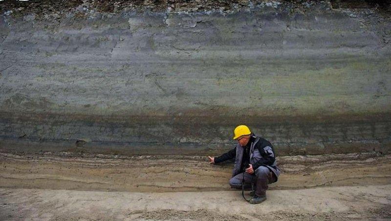 Grabungstechniker Roberto Piskorski untersucht parallel zu den Ausgrabungen Sedimentschichtenim Tagebau Jänschwalde bei Heinersbrück. Diese beweisen, dass der Neandertaler viel früher als bisher vermutet in diesem Gebiet gelebt hat.