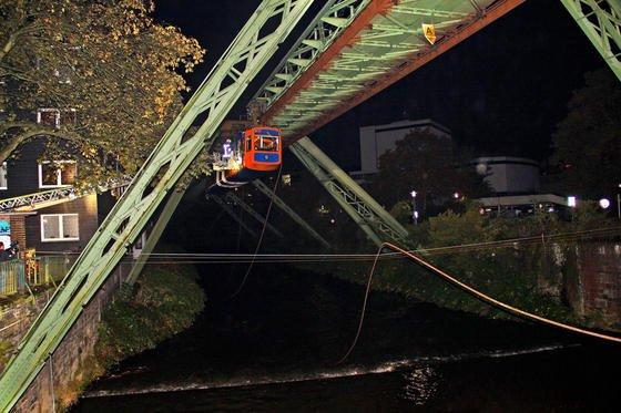 Ein etwa 100 Meter langes Stück der Schwebebahn-Stromschiene stürzte am 17.10.2013 in Wuppertal-Elberfeld zwischen den Haltestellen Kluse und Landgericht vom Gerüst. Die Stromschiene fiel auf mehrere Autos und blockierte die B7 sowie die Brücke Barmer Straße. Eine Schwebebahn, die zum Zeitpunkt des Unfalls in Richtung Oberbarmen unterwegs war, wurde kurz vor der Brücke Barmer Straße unsanft gestoppt. Die etwa 100 Fahrgäste mussten von der Feuerwehr mit einer Drehleiter in Sicherheit gebracht werden. Der Schwebebahnverkehr wird voraussichtlich noch bis Anfang nächster Woche ruhen.