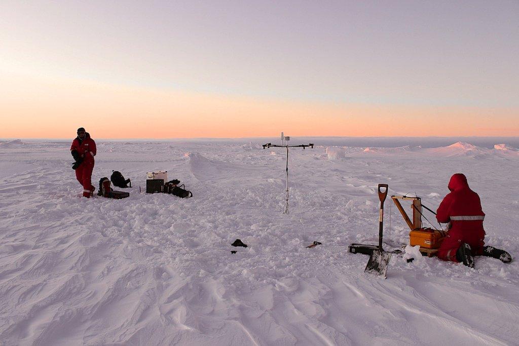 Die Meereisphysiker Stefan Hendricks und Mario Hoppmann bei ihren Arbeiten auf der wachsenden Eisfläche der Antarktis.