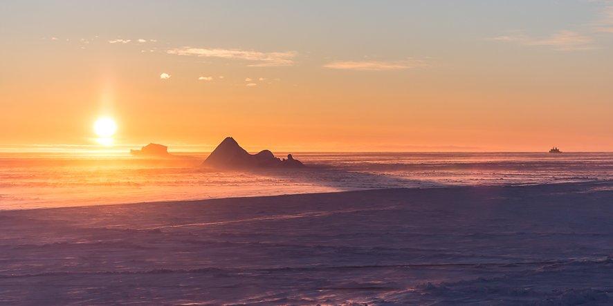 Sonnenaufgang über der Antarktis.