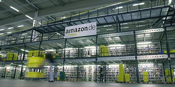 Amazon, der größte Online-Händler der Welt, baut mit der Best-Price-Klausel eine Marktbarriere für kleinere Online-Portale. Doch einen Streit mit dem Bundeskartellamt kann sich der US-Konzern nicht leisten. Deswegen verändert er derzeit die AGB.