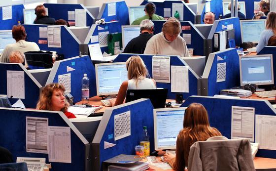 Großraumbüro der Buchungsagentur TopTicketLine in Parchim bei Schwerin: Lärm, wenig Privatsphäre, Stress. Mit einer neuen Software können Planer die Lärmbelastung eines Arbeitsplatzes schon im Vorfeld klären und den Raum entsprechend umplanen.