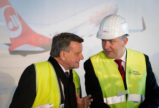 BER-Chef Hartmut Mehdorn (l.) und Berlins Regierender Bürgermeister Klaus Wowereit: Der Berliner Flughafen wird noch teurer und voraussichtlich mehr als fünf Milliarden Euro kosten.