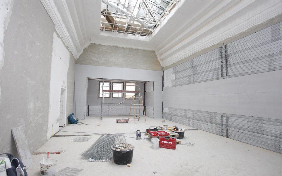 Deutlich zu sehen ist die Innendämmung an den Wänden, in die die Technik zur Flächentemperierung eingelassen ist. Dadurch werden die Räume über die Flächen der Böden, Decken und Wände geheizt und gekühlt.