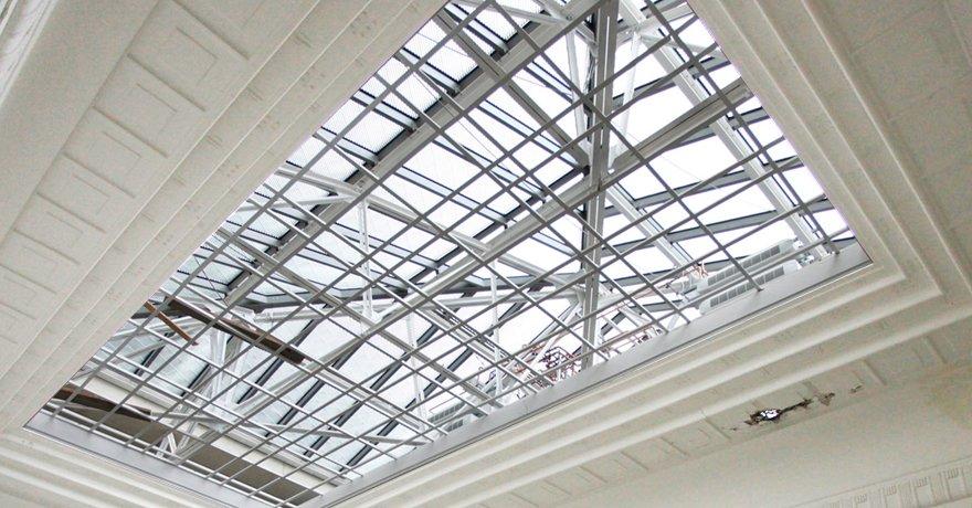 Holzdecken, die das Sonnenlicht aussperren sollten, wurden entfernt und durch eine Spiegelrasterverglasung ersetzt. Diesw lässt diffuses Tageslicht in die Ausstellungsräume, hält jedoch die Wärmestrahlen der Sonne ab.