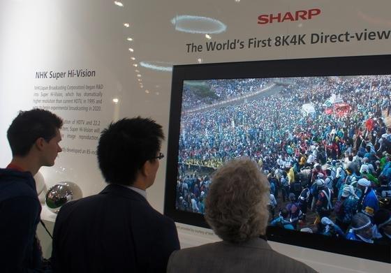 8k-Fernsehtechnik von Sharp: Der japanische staatliche Fernsehsender NHK will bis 2020 soweit sein, die Spiele in ultrahoher Auflösung 8k übertragen zu können. Das bedeutet auch, dass riesige Datenmengen gespeichert werden müssen. Die beiden Unternehmen Seagate und TDK wollen bis dahin 40-Terabyte-Festplatten auf den Markt bringen.