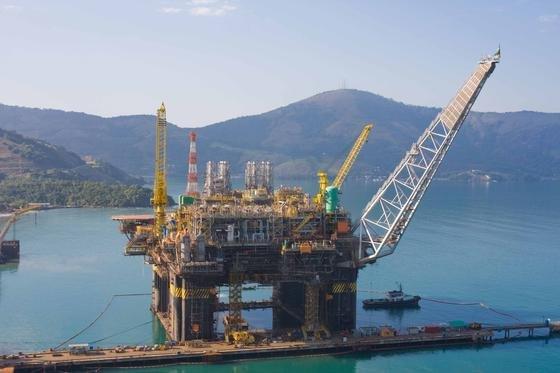 Bohrinsel der brasilianischen Öl-Gesellschaft Petrobras: Ein Konsortium aus Shell, Total, Petrobras und der chinesischen CNPC und CNOOC will aus 7000 Metern Tiefe vor der brasilianischen Küste Öl fördern. Die Förderbedingungen sind ausgesprochen schwierig, die Fördertechnik muss teilweise noch entwickelt werden.