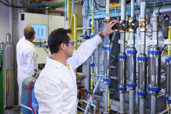 Ingenieure der TU Wien haben eine Kohlekraftwerk im Labormaßstab konstruiert, in dem Kohle ohne Flamme oxidiert. Dadurch lassen sich die Emissionen optimal trennen und Kohlendioxid als Rohstoff abscheiden.