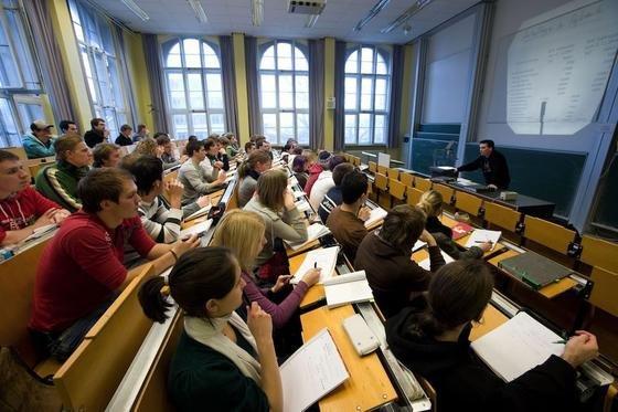 Ingenieur-Studenten an der RWTH Aachen: Trotz der aktuell wachsenden Studentenzahlen rechnet das Institut der deutschen Wirtschaft bis 2030 mit einem Einbruch. Bis dahin soll es 1,8 Millionen weniger Ingenieure und Naturwissenschaftler geben.