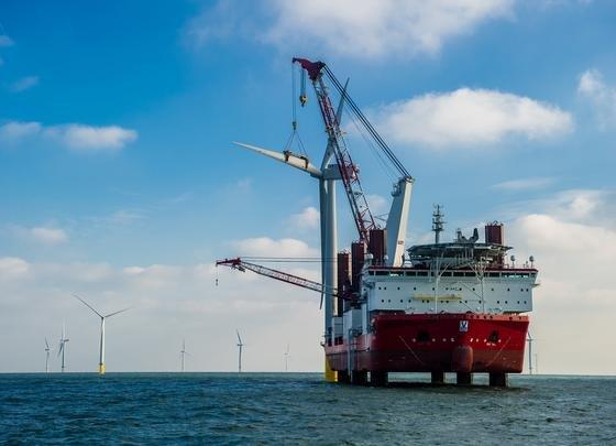 In Europa wurde im Sommer 2013 der weltgrößte Offshore-Windpark in der Themse-Mündung eingeweiht. Siemens lieferte 175 Windturbinen für den Windpark London Array, der in der ersten Ausbaustufe bereits eine Leistung von 630 Megawatt erreicht. Mit dieser Leistung können rund 500 000 britische Haushalte mit sauberem Strom versorgt werden. Das Bild zeigt die Installation der letzten Windturbine im Dezember 2012.