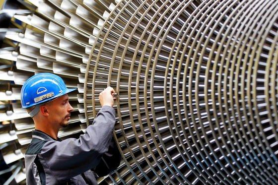 Arbeiter an einer Turbine bei MAN: Die Bundesregierung erwartet 2014 ein Wirtschaftswachstum von 1,7 Prozent und einen kräftigen Anstieg der Exporte um 3,8 Prozent.
