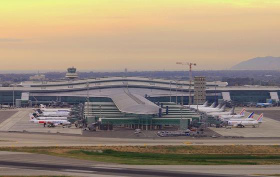 Terminal 1 des Flughafens Barcelona: FCC ist der zweitgrößte Baukonzern Spanien und hat zahlreiche Bauten in Spanien und ganz Europa umgesetzt. Jetzt hat sich Microsoft-Gründer Bill Gates mit sechs Prozent an dem kriselnden Konzern beteiligt.