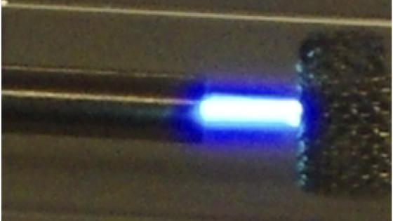 In einem Mikroplasma stellten die Forscher Nanodiamanten her. Im Bild unten rechts sind sie durch ein Elektronen-Mikroskop zu sehen.