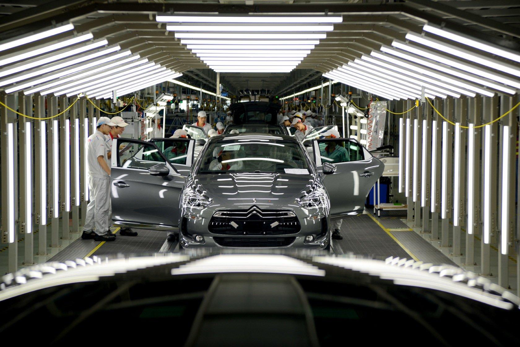 Der angeschlagene PSA-Konzern hat im September ein neues Produktionswerk im chinesischen Shenzhen eröffnet. In Frankreich will er hingegen rund 8000 Arbeitsplätze streichen. Denn die aktuellen Quartalszahlen verheißen nichts Gutes: Im Vergleich zum Vorjahr ist der Umsatz um 3,7 Prozent gesunken.