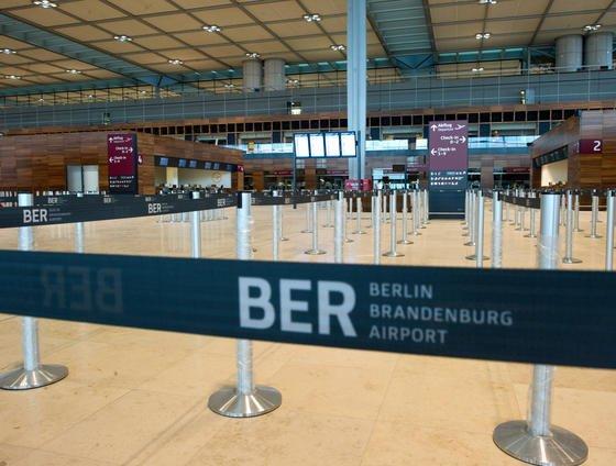 Check-in Schalter in der Empfangshalle im Terminal des neuen Hauptstadtflughafens Berlin Brandenburg: Jetzt soll Siemens die Probleme des Brandschutzes lösen. Allerdings braucht der Konzern dafür inklusive der Vorbereitungen bis 2015. Unterdessen wurde Technikchef Horst Amann seines Postens enthoben.