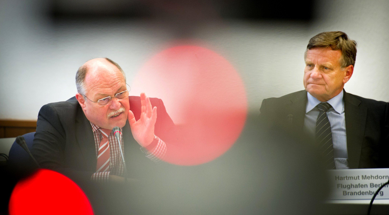 Der bisherige BER-Technikchef Horst Amann (l.) wurde am Mittwochabend von seinem Posten abberufen. BER-Chef Hartmut Mehdorn übernimmt Amanns Aufgaben zusätzlich.