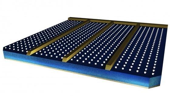 Die legoähnlichen Aluminium-Noppen auf der Solarzellenoberfläche sind gerade einmal 100 Nanometer hoch. Sie bewirken, dass das Licht längere Wege zurücklegt und führen zu einer höheren Energieausbeute.