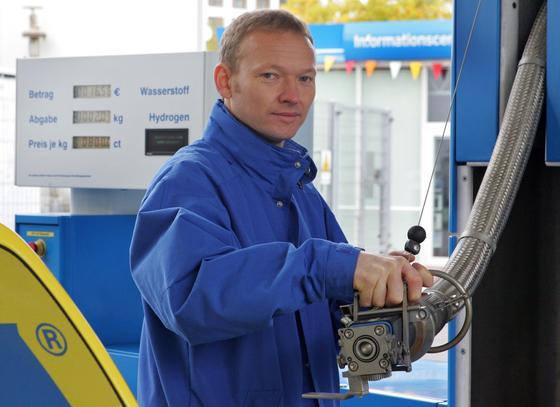 Wasserstoff ist auch ein idealer Energieträger für Autos, sofern der Wasserstoff mit Hilfe erneuerbarer Energiequellen gewonnen wird. Jetzt haben Bochumer Forscher ein in der Natur vorkommendes Verfahren zur Wasserstoffproduktion im Labor erfolgreich angewandt.