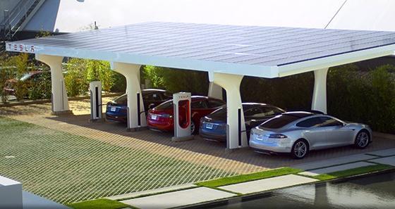 Ladestation von Tesla:Der Hersteller von Elektroautos will entlang der deutschen Autobahnen ein Netz von Schnellladestationen errichten. An denen können auch die Fahrer anderer Elektroautos laden – wenn der Stecker passt.