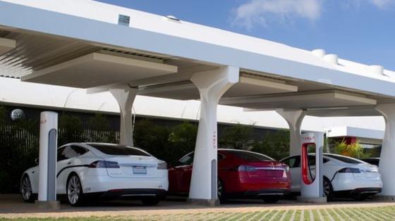 40 bis 50 sogenannte Supercharger will Tesla in Deutschland bauen und bietet seinen Kunden die lebenslange kostenlose Nutzung der schnellen Stromtankstellen an.