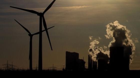 Windräder vor einem RWE-Kraftwerk in Niederaußem: Der Energiekonzern warnt vor Blackouts.