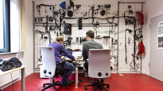 Im Analyseraum forschen die Experten zum Thema Tachobetrug.