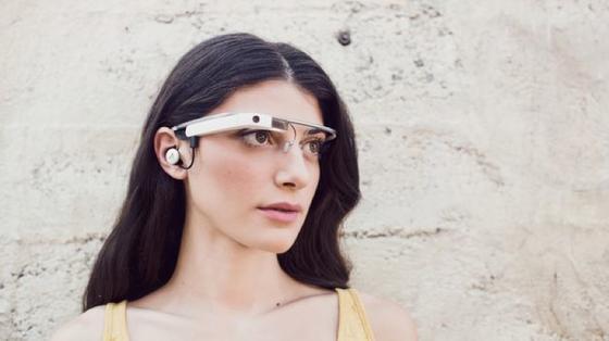 """Die auffälligste optische Änderung der neuen Google-Glass-Version ist der """"Knopf im Ohr"""". Der Monokopfhörer ersetzt die Audioübertragung über Schwingungen des Schädelknochens."""
