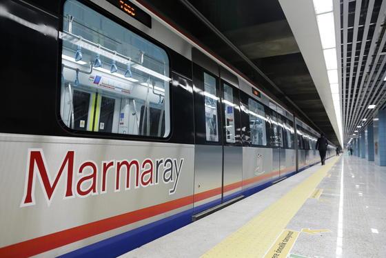 Ein schon im Osmanischen Reich gehegter Traum wird wahr: Mit dem Marmaray-Tunnel unter dem Bosporus haben Eisenbahner Europa und Asien verbunden.