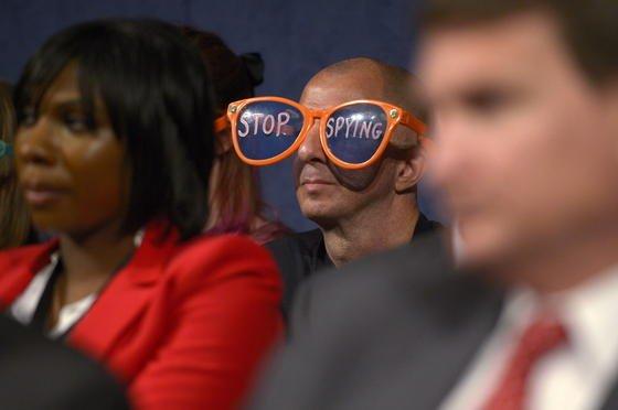 Mit einer überdimensionierten Sonnenbrille protestierte gestern ein NSA-Kritiker gegen die Praktiken des Geheimdienstes, während Geheimdienstkoordinator James Clapper angehört wurde.