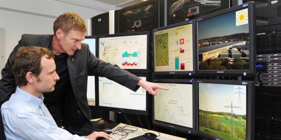 Forscher in der Leitwarte des Kombikraftwerks 2. Sie konnten beweisen, dass Erneuerbare Energiennötige Anforderungen zur Regelleistungsbereitstellung erfüllen.