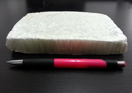 Nanokristalline Dämmplatten aus Papierschlamm sind deutlich leichter als klassische ölbasierte Platten.