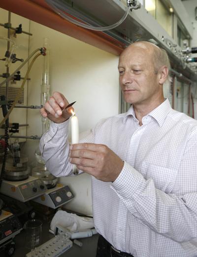 Professor Butt zeigt, wie Kerzenruß als Templat für die superamphiphobe Beschichtung verwendet wird.