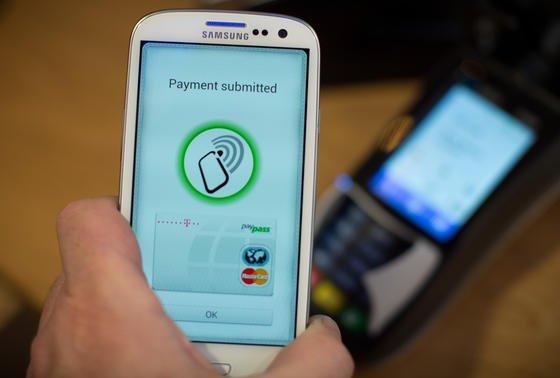 Handy mit NFC-Kommunikationstechnik: Das Bezahlen mit dem Handy hat sich in Deutschland bislang nicht durchgesetzt.
