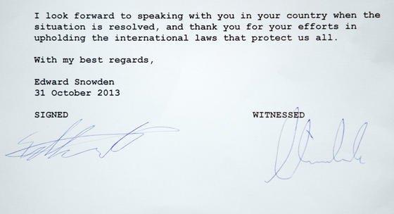 Das Foto vom 1. November 2013, das in der Bundespressekonferenz in Berlin aufgenommen wurde, zeigt die Unterschriften von Edward Snowden und Hans-Christian Ströbele auf einem Brief. Ströbele hatte sich zusammen mit Journalisten in Moskau mit Snowden getroffen.