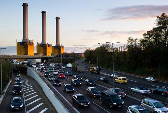 Vattenfall Heizkraftwerk Berlin-Wilmersdorf: Die Bundesnetzagentur hat der Stilllegung von zwölf konventionellen Kraftwerken zugestimmt, die durch den Boom an Wind- und Solarstrom nicht mehr rentabel sind.