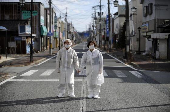 Yuzo Mihara (l.) und seine Frau Yuko in ihrer Heimatstadt Namie in der Prefektur Fukushima: Mit ihnen mussten 21 000 Einwohner die Stadt nach der Atomkatastrophe verlassen. Jetzt hat erstmals ein japanischer Spitzenpolitiker eingeräumt, dass die Menschen wegen der hohen Strahlenbelastung auf Dauer nicht in ihre Heimat zurückkehren können.