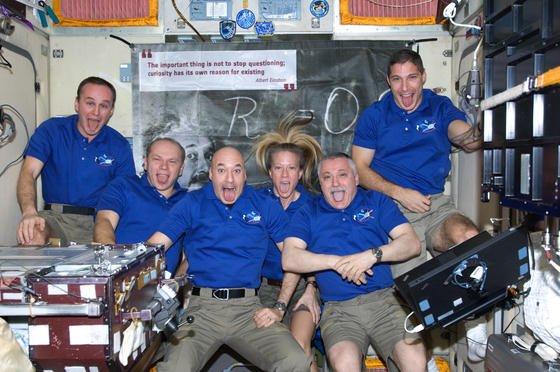 Gebührend verabschiedet: Kurz nachdem der Raumtransporter Albert Einstein von der ISS abgelegt hatte, entstand dieses Foto von den ISS-Astronauten – in Anlehnung an das berühmte Foto des Nobelpreisträgers, das ihn an seinem 72. Geburtstag mit ausgestreckter Zunge zeigt.