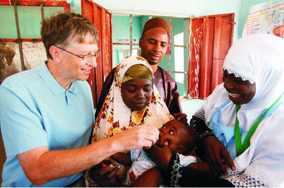 Microsoft-Gründer Bill Gates bei einer Impfung gegen Kinderlähmung in Nigeria: Gates hat die Reichen der Welt aufgefordert, mehr gegen die Not in der Welt zu tun. Die Forderung von Facebook-Gründer Mark Zuckerberg, dass der Anschluss aller Menschen ans Internet Priorität haben muss, hält Gates für Unfug.