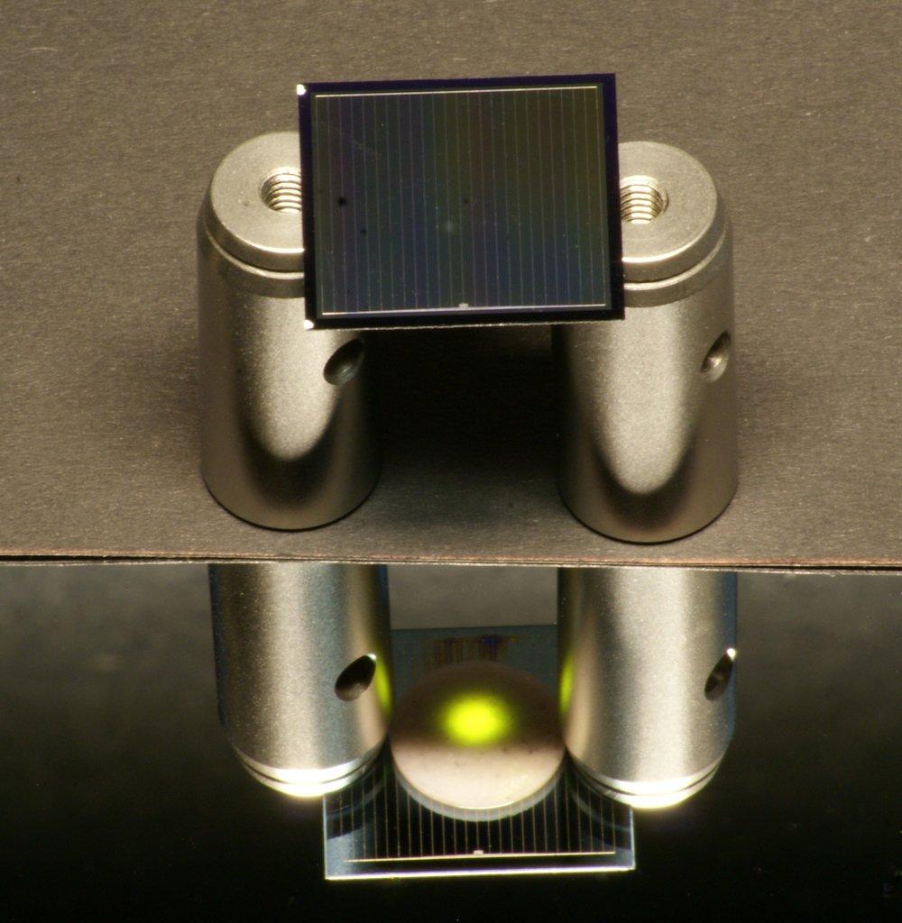 Eine Silizium-Solarzelle, die auch die Wärmestrahlung der Sonne in Strom umwandeln kann, haben Freiburger Forscher entwickelt. Die Solarzelle verfügt über eine zweite Schicht, die Wärme in Licht umwandelt und damit für die Stromerzeugung nutzbar macht.