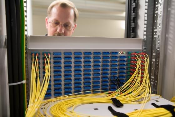 Techniker an einem Schaltkasten der Deutschen Telekom: Union und SPD wollen im Fall einer Großen Koalition das schnelle Breitbandnetz in Deutschland massiv ausbauen.