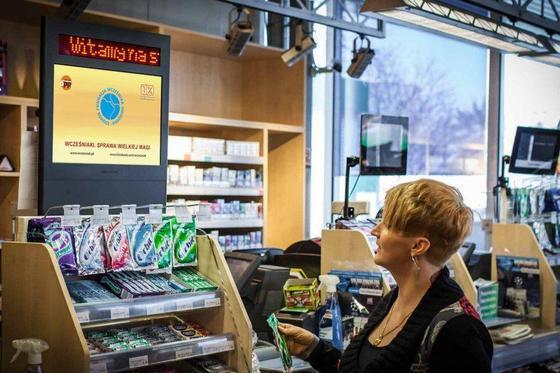In britischen Tankstellen der Supermarktkette Tesco stellt Amscreen jetzt Bildschirme für Werbung auf, die messen, ob und wie lange ein Spot angeschaut wird.