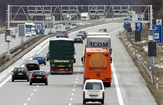Maut-Kontrollbrücke auf der Autobahn 14 bei Leipzig: Innenminister Friedrich würde gerne Mautdaten auch zur Verbrechensbekämpfung nutzen. Eine entsprechende Forderung hat die SPD in den Koalitionsverhandlungen am Mittwoch blockiert.